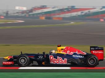 Себастьян Феттель за рулем болида Red Bull в тренировке Гран-при Индии. Фото James Moy Photography