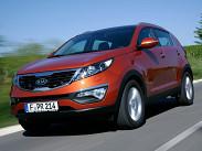 Начальная цена на KIA Sportage гораздо ниже, чем на Captiva из-за того, что у KIA есть переднеприводая модификация. За 869 900 рублей можно купить Sportage на «ручке» с 2-литровым 150-сильным бензиновым мотором в базовой версии Classic. Самый дорогой переднеприводный KIA -- с «автоматом», в комплектации Luxe стоит 1 039 000 рублей. Цены на полный привод начинаются от 1 059 000 рублей («механика», 2 литра, бензин). Турбодизельные Sportage бывают только с приводом 4х4 и «автоматом», но в двух вариантах мощности -- 136 (1 259 000 рублей) и 184 лошадиные силы (1 459 000 рублей).