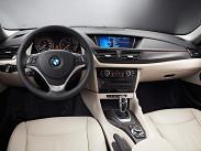 Интерьеры автомобилей BMW всегда отличались высоким качеством используемых материалов и великолепной эргономикой. Салон обновленного Х1 -- не исключение. Отделка -- премиального качества, и даже дерево здесь используется к месту. Сиденья - плотные, обеспечивающие низкую и спортивную посадку. Особенно для кроссовера.