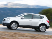Nissan Qashqai (минимум 806 тысяч рублей) в схожих комплектациях может оказаться дороже ASX, зато у него шире выбор силовых агрегатов: например, младший мотор может сочетаться с автоматической трансмиссией, а старший, двухлитровый -- с передним приводом и механикой.