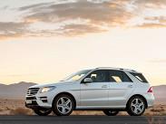 """Американизированный по ездовым повадкам 306-сильный Mercedes-Benz ML в России можно купить за 2,97 миллиона рублей, но только в одной комплектации """"Особая серия"""". Дизель мощностью 258 лошадиных сил обойдется в 3,07 миллиона рублей, а 408-сильный ML 500, способный разгоняться 0-100 км/ч. за 5,6 секунды, стоит 3,91 миллиона рублей. Недорого, но эту сумму легко увеличить, заказав, например, 21-дюймовые диски за 168 тысяч рублей, AMG-обвес за 170 тысяч или музыку Bang & Olufsen за 286 тысяч."""