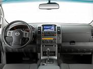 Интерьер Navara хорошо собран и вполне себе комфортабелен для такого утилитарного автомобиля. Но качество материалов все же ниже, чем в соплатформенном внедорожнике Pathfinder.