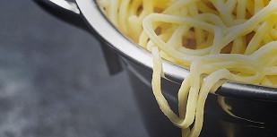 Нужно ли лить в воду масло, когда варишь макароны?