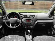 """Эргономика и компоновка салона у «Рио» на том же высоком уровне, что и у собрата Hyundai Solaris. Все отличия сводятся лишь к иному оформлению интерьера, который в Kia выглядит более солидным и """"европейским"""", нежели в Hyundai."""