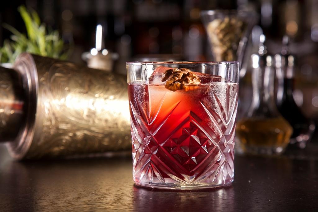 Желаете потягивать сладкий коктейль в компании друзей? Бронируйте столик в кафе Mr Help & Friends на GdeBar.ru!