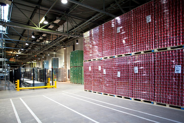 Алюминевые банки Coca-Cola Hellenic закупает у другого предприятия. Все они производятся в Наро-Фоминске, а бутылки из стекла и пластика привозят из других городов