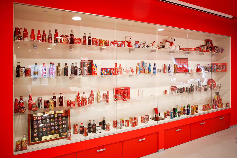 На заводе в Новопеределкино есть даже музей Coca-Cola — в нем собраны коллекционные бутылки и сувениры. Время от времени здесь устраивают экскурсии, которые очень популярны среди школьников