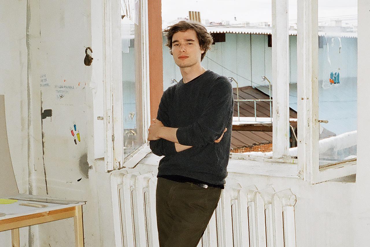 Аслан Гайсумов не любит шумные вернисажи, а свои работы предпочитает обсуждать не с другими художниками, а с людьми, далекими от искусства, поскольку хочет донести свою мысль до любого зрителя