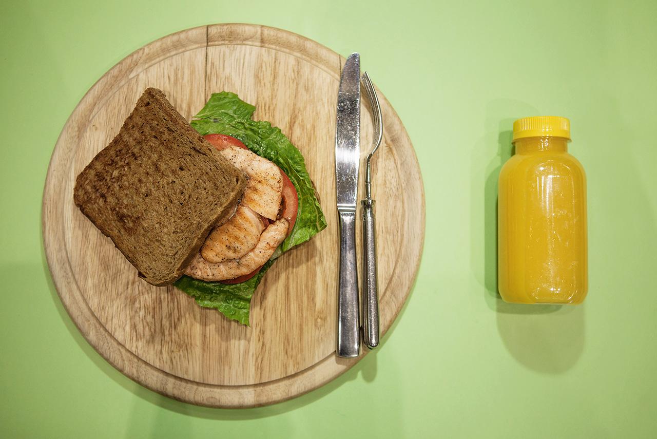 Сэндвич с рыбой 345 р., апельсиновый фреш 140 р.