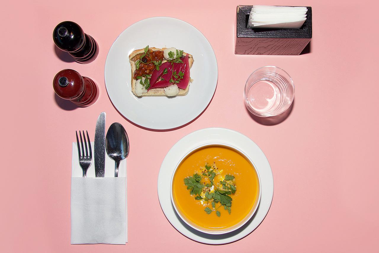 Деревенский террин и маринованные овощи, суп из моркови и апельсина с сыром фета и киноа, вода 450 р.