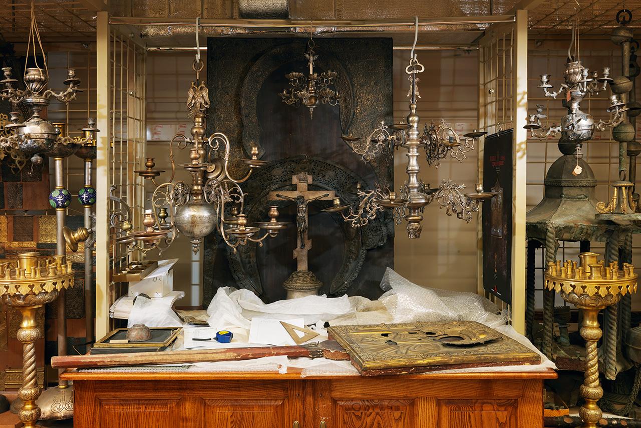 Коллекция предметов из металлов содержит различные экспонаты: от жестяных коробок со сладостями и железных игрушек до икон и подсвечников