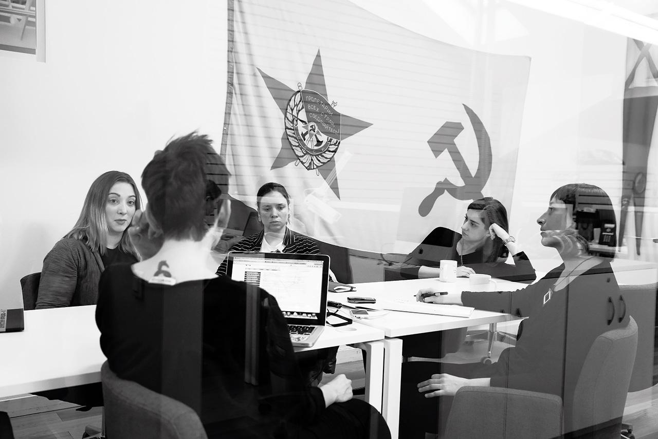 Кроме Екатерины Лопаткиной, которая работает в Государственном Эрмитаже, все участницы пытаются создавать независимые площадки, на которых можно было бы показывать феминистское искусство