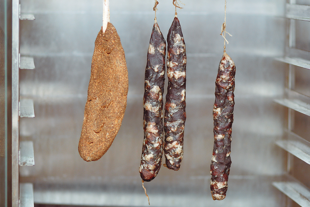 В отличие от хамона сырокопченую колбасу можно приготовить за неделю. Правда, для наилучшего результата стоит сушить ее целый месяц