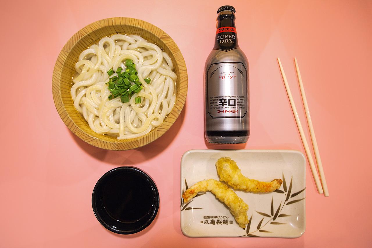 Лапша каамаге-удон 150 р., темпура из креветок 70 р. за шт., японское пиво 170 р.