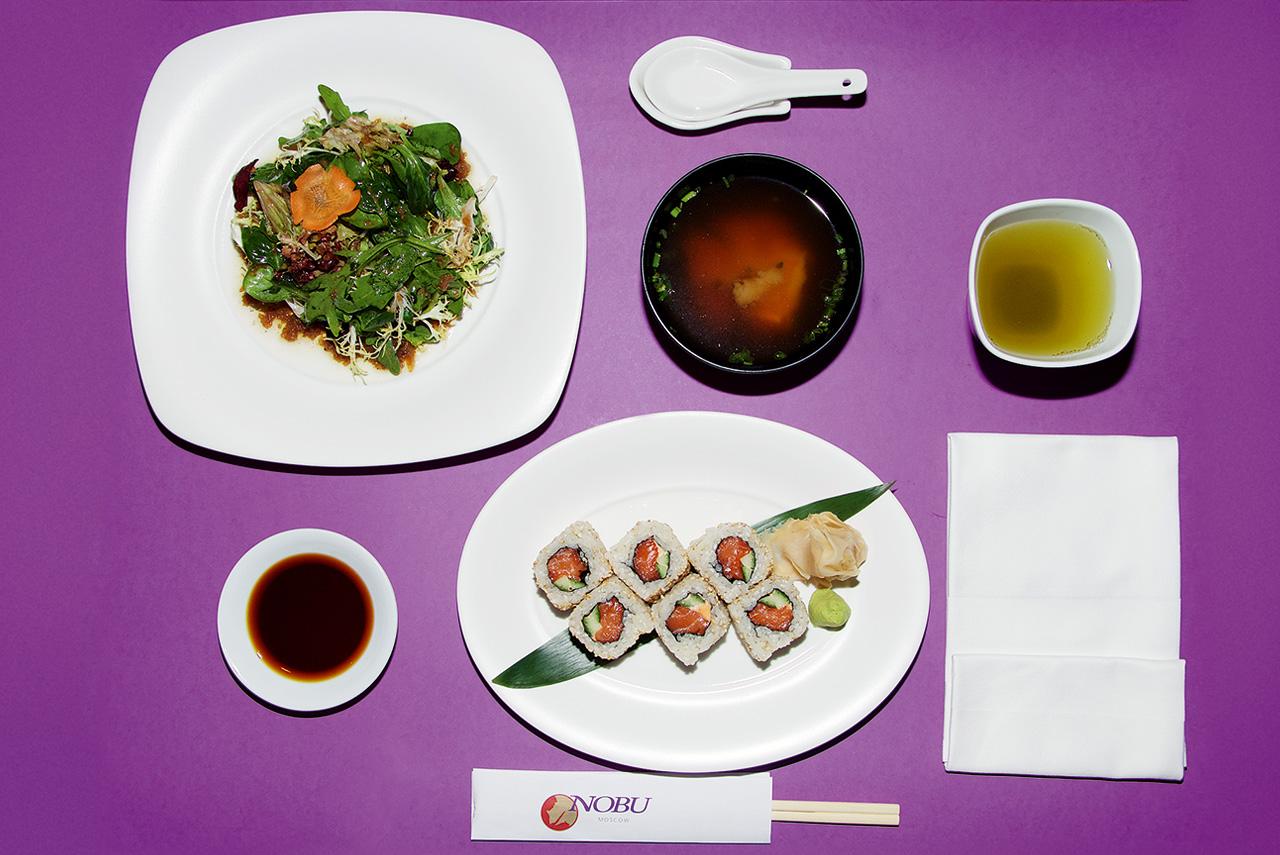 Зеленый салат с соусом «Мацухиса», ролл с пряным лососем/огурцом, мисо-суп, зеленый чай 500 р.