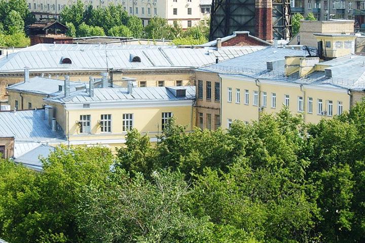 Тюрьма утопает в зелени только снаружи