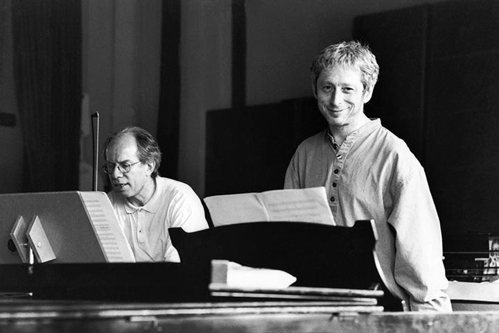 Леонид Десятников с латвийским скрипачом Гидоном Кремером в 1999 году