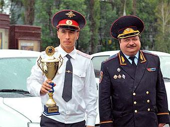 Победитель конкурса Рамиль Идиятуллин (слева на фото). Фото ГИБДД МВД России