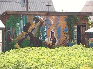 Уникальные картины из пластиковых пробок создает житель Братска