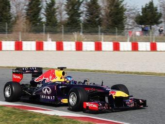 Себастьян Феттель за рулем болида Red Bull RB9 в последний день тестов в Барселоне. Фото James Moy Photography