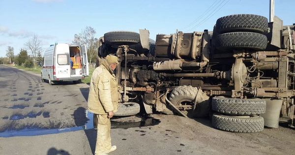 ВПолесске опрокинулся грузовик, пострадал водитель