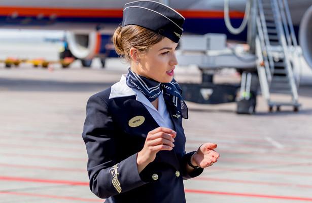 Российская стюардесса объяснила, зачем нужен платок нашеях бортпроводниц