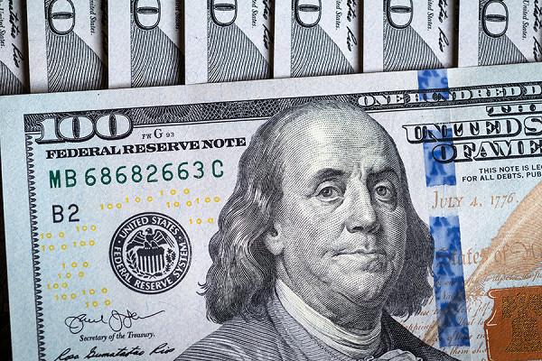 Курс валют назавтра: ЦБрассказал, каксильно упадут доллар иевро