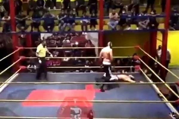 Рестлер потерял сознание на ринге и умер