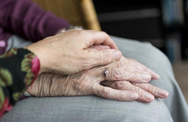 Перечислены признаки тяжести течения коронавируса упожилых людей