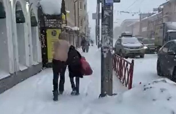 Полуголый мужчина пытался задушить девушку вЯрославле