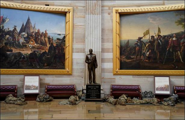 Десятки бойцов нацгвардии СШАзаночуют вкоридорах Капитолия
