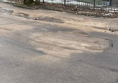 НаГалицкого каждая вторая проезжающая машина бьётся днищем из-заогромной ямы