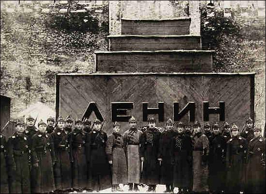 После смерти Ленина молодежь выбирала между Сталиным иТроцким