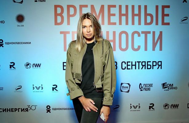 Настя Кудри продемонстрировала руку после ДТПнапремьере фильма «Временные трудности»
