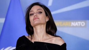 Анджелина Джоли продала картину Черчилля продана за$11млн