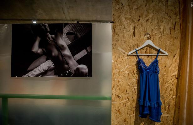 Нюитела: репортаж соткрытия выставки эротических снимков