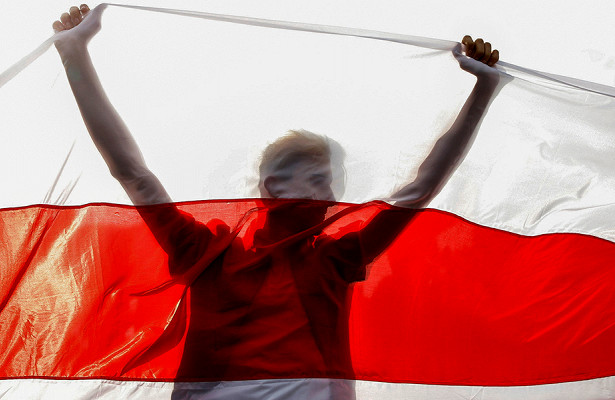 Лукашенко утвердил штрафы закрасно-бело-красные флаги
