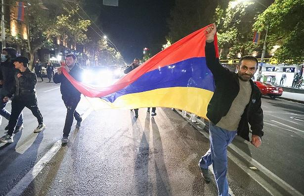Оппозиция Армении требует отмены военного положения