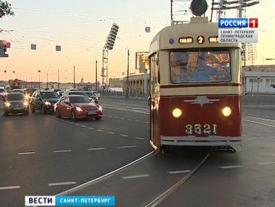 Первый послевоенный трамвай ЛМ-47отправился врейс поисторическому центру Петербурга