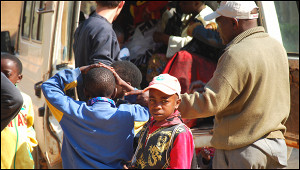 НаМадагаскаре людям раздают «чудо-напиток» против COVID-19. ВОЗужепроверяет его