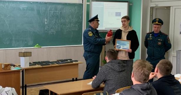 Трое нижегородских подростков награждены затушение сухой травы