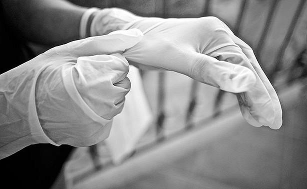 Вспышка COVID-19зафиксирована напредприятиях крупнейшего производителя медицинских перчаток