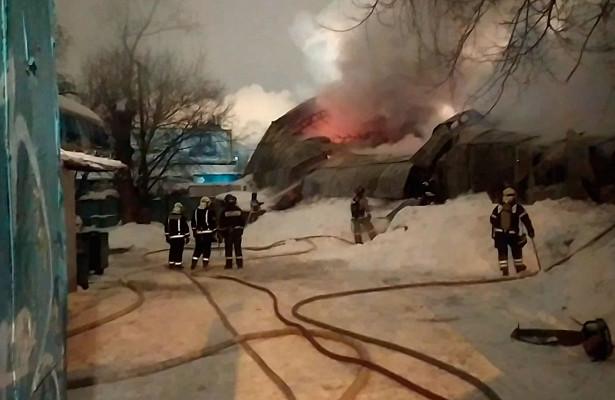 Эвакуированы 25человек: вМоскве вангаре произошел пожар