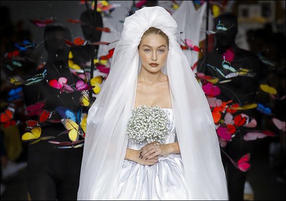 Джиджи Хадид вшикарном подвенечном платье, девушки-наперстки иобразы вдухе постмодернизма: смотрим сказочный показ Moschino
