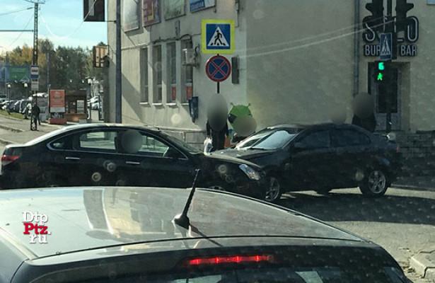 Легковые автомобили столкнулись наодном изперекрестков Петрозаводска