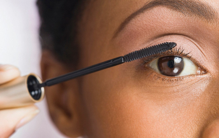 По данным специалистов, средний срок годности туши для ресниц — три месяца. Микробы с ресниц непременно остаются на щеточке, что может привести к инфекции глаз.