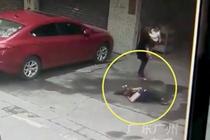 Упавшая снеба собака нокаутировала китаянку