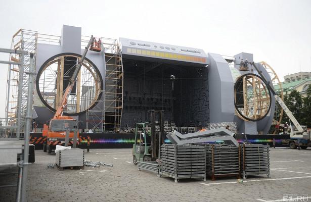 Бумбокс дляКинг-Конга: коДнюгорода наплощади 1905 года строят сцену ввиде огромного магнитофона