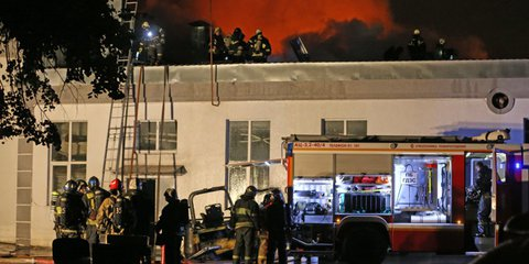 Пожарные почтили память погибших притушении склада наАмурской улице вМоскве