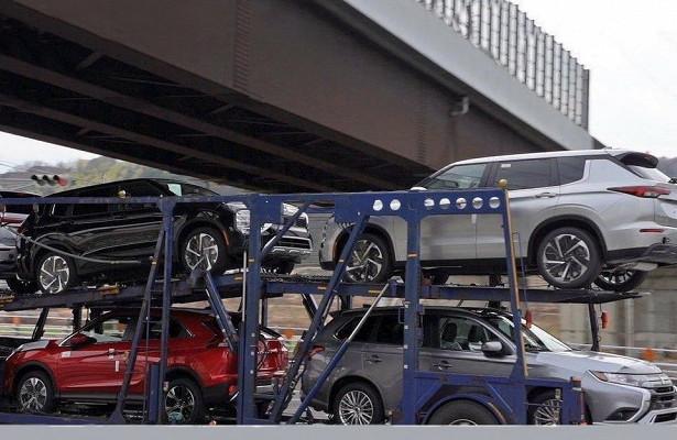 ВЯпонии сфотографировали автовоз сновыми Mitsubishi Outlander